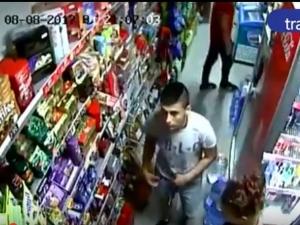 Момиче и момче откраднаха шоколади и вафли от магазин. Познаха ги! ВИДЕО+СНИМКИ