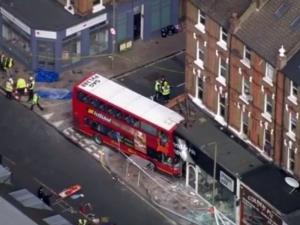 Автобус се вряза в сграда в Лондон, има ранени ВИДЕО