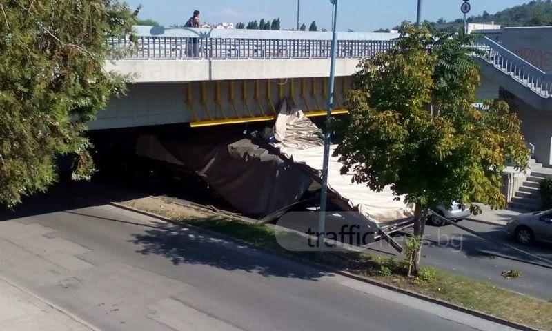 Втори за ден! Камион се размаза в моста на УХТ СНИМКИ
