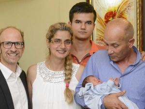 Българчето, родено в самолет, се връща в Пазарджик