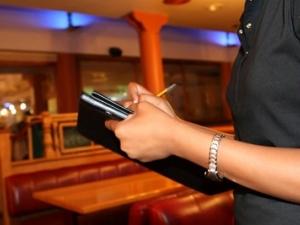 В кафене редовно надписват сметките, но само на мъже