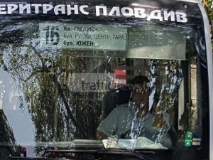 """Бай Ганьо в рейса: Шофьор криволичи по """"Руски"""", не пуска телефона от ръце СНИМКИ"""