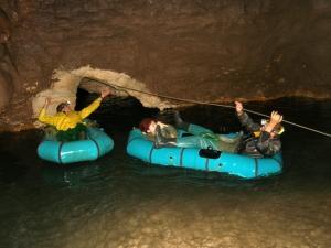 Екстремна емоция в недрата на земята на 100 км от Пловдив! Разходка с лодка в пещера СНИМКИ и ВИДЕО