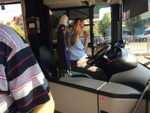 Среден пръст за гражданин, помолил шофьор да изчака възрастни хора СНИМКИ