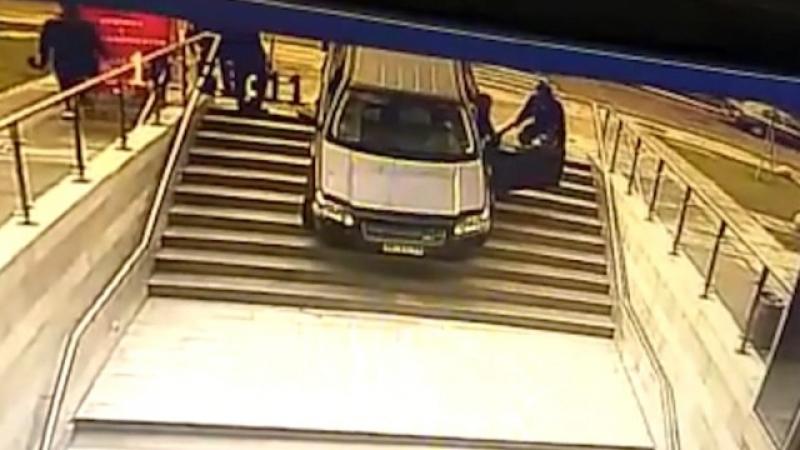 Шофьорка обърка стълбище с вход към паркинг, след това изпусна и спирачката ВИДЕО