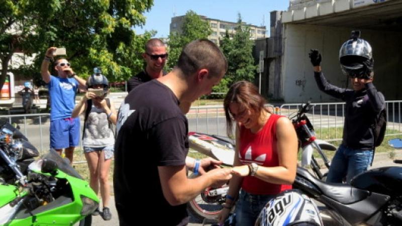 Моторист направи уникално предложение за брак СНИМКИ и ВИДЕО