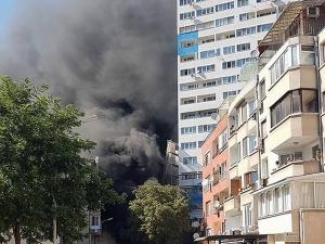 Огромен пожар бушува в жилищен блок в Бургас СНИМКИ
