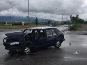 Кола с двама младежи се удари в автобус на градския транспорт