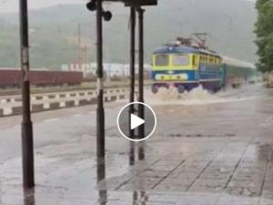 Влак пристигна като кораб на родна гара ВИДЕО