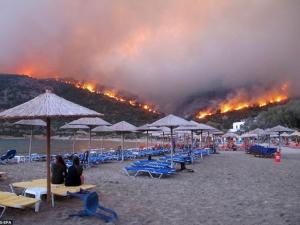 Евакуираха хиляди души от гръцки остров заради пожар