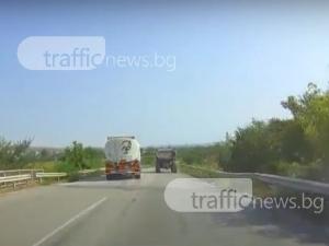 На косъм от катастрофа! Цистерна изпревари камион в забранен участък ВИДЕО