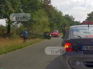 Кола се преобърна край пътя в Пловдивско СНИМКИ