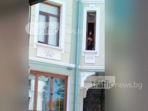 Жена си реже ноктите над главите на пловдивчани в центъра на града СНИМКИ