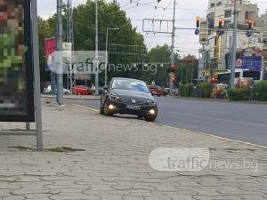 Фолксваген със софийски номер яхна тротоара на Сточна гара в Пловдив СНИМКИ