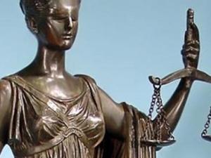 Леля изнасилвала 14-годишно момче пред баща му! Отложиха делото