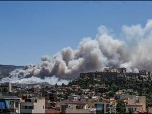 Големи пожари бушуваха край Атина