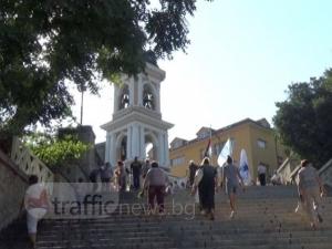 """Гълъбите и Мариите днес са ранобудни! Пловдивчани се помолиха в храма """"Успение Богородично"""" ВИДЕО"""