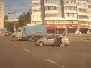 Дете падна от кола в движение! Майката скочи да го спасява ВИДЕО