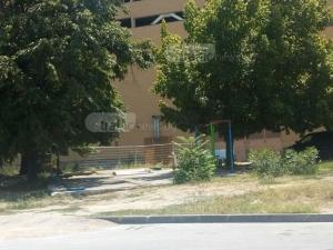 Нагли пловдивски шофьори превърнаха детска площадка в паркинг СНИМКА