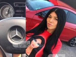 Жена кара червен мерцедес със 190 км/ч и гордо снима километража. Познахме коя е СНИМКИ