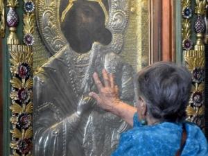 В Бачковския манастир посрещнаха частица от одеждите на Божията майка