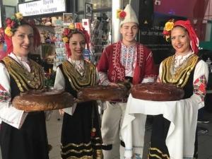 Сълзи на летище София - флашмоб просълзява завръщащите се българи СНИМКИ