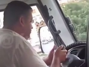 Шофьор на маршрутка подлуди пътниците - играе на телефона си и се кръсти ВИДЕО