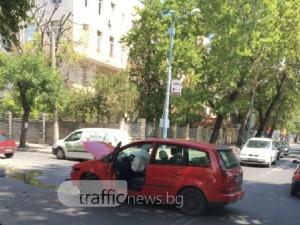 Два автомобила се удариха до Военна болница СНИМКИ
