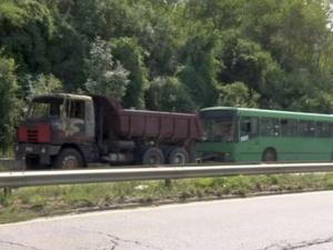 Камион се запали, докато тегли автобус СНИМКА
