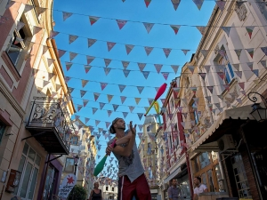 Жонгльор върти бухалки на топ местата в Пловдив ВИДЕО