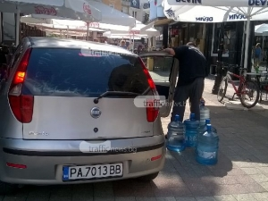 Пазарджиклийка се намърда с кола на площада на Джумаята СНИМКИ