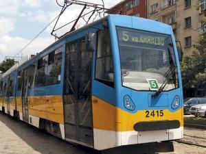 Полицията усмирява ватманка и пътничка в трамвай №5