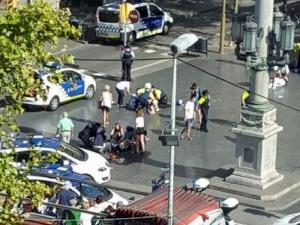 Бус се вряза в тълпа в Барселона, има ранени! СНИМКА