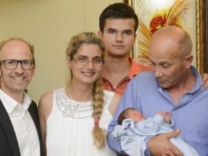 Българчето, което се роди в самолет, се сдоби с уникален акт за раждане