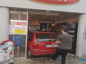 Автомобил се наниза във вратата на бензиностанция СНИМКИ