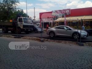 Лъскав спортен автомобил спира ремонта на ключов булевард СНИМКИ