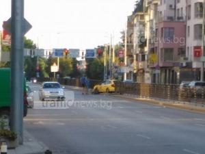 Таксиджия се размаза в разделителна ограда в Кършияка, на място дори не дойде полиция СНИМКИ