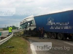 Камион катастрофира на магистралата към Пловдив, движението е само в една лента