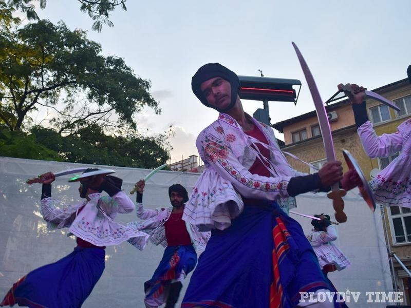 Индийци превзеха Главната на Пловдив СНИМКИ