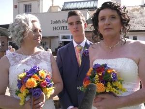 Две жени се ожениха повторно, първият път едната била... мъж ВИДЕО