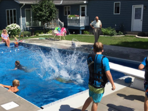 Дядо построи басейн в двора си за кварталните деца