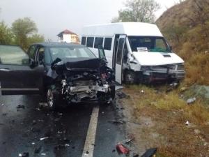 Трима души пострадаха при тежка катастрофа