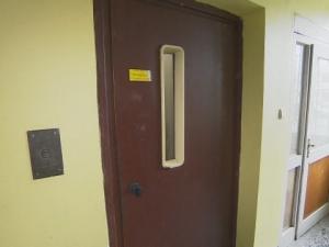 Откриха мъртво непълнолетно момиче в асансьор, задържаха 15-годишен