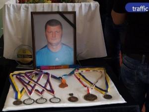 Хиляди изпратиха шампиона Величко Чолаков в последния му път ВИДЕО