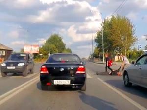 Нетърпелив шофьор влачи бавен пешеходец по асфалта - ВИДЕОТО, което разбуни нета