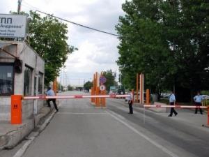Екшън на границата! Мъж и жена нападнаха митничари заради проверка