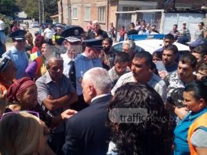 Роми от Асеновград обградиха министър, не искат бутане на къщите ВИДЕО