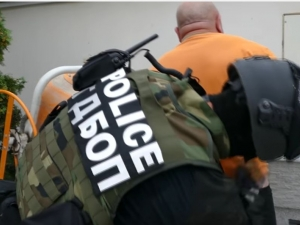 Въоръжени полицаи обискират имението на Пейо Тачев в Пазарджик ВИДЕО И СНИМКИ