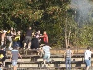 Зверски екшън на мач в Пазарджик! Фен стреля с пушка, раниха и полицай ВИДЕО