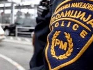 Полицаи се видяха в чудо! Жени ги нападнаха и скъсаха униформите им в Македония